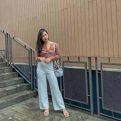 @racheladeliaputri nailed our white finn pants with her favorite pinkish knit outer. Such a fresh outfit in this grey weather, rite?